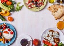 希腊开胃菜-夏南瓜,希腊沙拉,酸奶油炸馅饼  免版税图库摄影