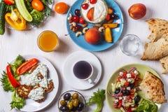 希腊开胃菜-夏南瓜,希腊沙拉,酸奶油炸馅饼  图库摄影