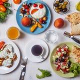 希腊开胃菜-夏南瓜,希腊沙拉,酸奶油炸馅饼  库存图片