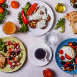 希腊开胃菜-夏南瓜,希腊沙拉,酸奶油炸馅饼  库存照片