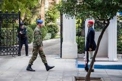 希腊总统护卫队, Evzones,游行在希腊总统府前面 免版税库存图片