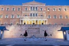 希腊总统护卫队, Evzones,游行在结构体正方形的希腊议会前面 图库摄影