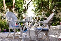 希腊房子的后方开放庭院有白色木家具的 免版税图库摄影