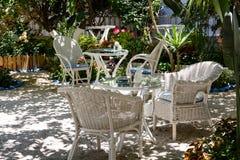 希腊房子的后方开放庭院有白色木家具的 图库摄影
