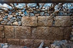 希腊文化的期间海盗城堡的长城的被保存的零件在安迪基西拉岛希腊 图库摄影
