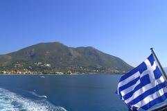 希腊旗子和莱夫卡斯州海岛视图 免版税库存图片