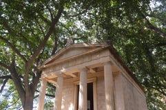 希腊样式大厦在一个植物园里 免版税库存照片