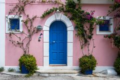 希腊样式门面在海岛Kefalonia上的Assos 库存照片