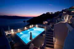 希腊池santorini游泳 免版税库存照片
