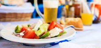 希腊沙拉关闭在希腊传统小酒馆 库存图片