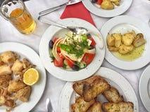 希腊沙拉和开胃菜在桌上 免版税库存图片