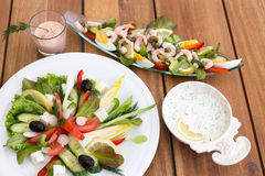 希腊沙拉和虾仁开胃品 图库摄影
