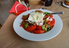 希腊沙拉板材用蕃茄,葱 免版税库存图片