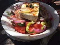 希腊沙拉用希腊白软干酪、红洋葱、蕃茄、牛至、额外直馏油和香料 免版税库存图片