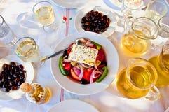 希腊沙拉用白葡萄酒 库存图片
