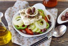 希腊沙拉用蕃茄、葱、黄瓜、甜辣椒粉、希腊白软干酪、牛至、vinigar,橄榄油和橄榄 库存图片