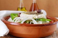 希腊沙拉用蕃茄、葱、黄瓜、甜辣椒粉、希腊白软干酪、牛至、vinigar,橄榄油和橄榄 免版税库存图片