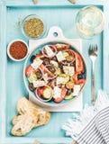 希腊沙拉用面包、牛至、胡椒和杯酒 库存图片