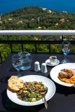 希腊沙拉用面包和多士,与noodels的希腊肉,希腊语 免版税库存图片