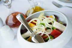 希腊沙拉的版本(用鸡蛋) 免版税库存照片