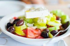 希腊沙拉的鲜美板材在桌上的 库存照片