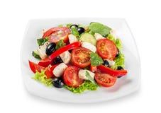 希腊沙拉-希腊白软干酪、橄榄和菜 库存图片