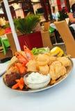 希腊海鲜盛肉盘在餐馆 库存图片