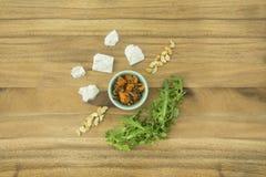 希腊白软干酪、芝麻菜、花生、水菰&红萝卜 库存照片