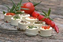 希腊白软干酪开胃菜用在木桌上的香料 免版税库存照片