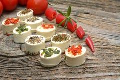 希腊白软干酪开胃菜用在木桌上的香料 库存照片