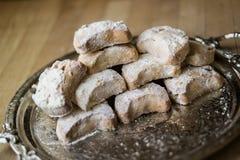从希腊的卡瓦拉曲奇饼一个银色盘子的 免版税库存照片