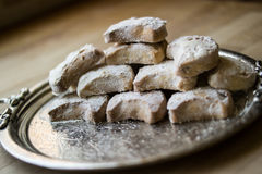 从希腊的卡瓦拉曲奇饼一个银色盘子的 免版税库存图片