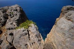 希腊的岩石海岸 免版税库存图片
