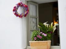 希腊的美丽的窗口 装饰门和窗口花圈 图库摄影