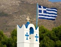 希腊的钟楼和旗子 库存照片