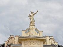 希腊神赫姆斯的雕象在新生复兴大厦顶部的在卢布尔雅那,斯洛文尼亚 免版税库存照片