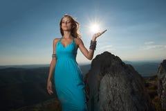 希腊秀丽-一名美丽的妇女的画象蓝色长的礼服的 免版税库存照片