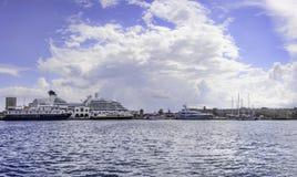 希腊罗得岛有游轮的海湾全景 免版税库存图片