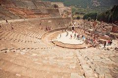 希腊罗马帝国历史剧院和游人在以弗所市附近 库存照片