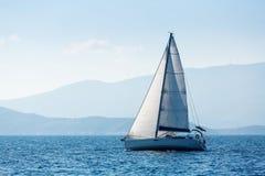 希腊航行在海的游艇小船 免版税库存照片