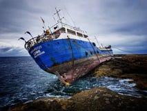 希腊船得到的Hephaestus遭受了海难在海岸Bugibba,马耳他- 09 2018年2月 免版税图库摄影