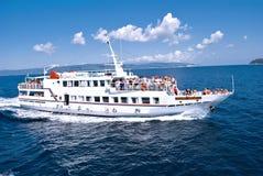 希腊船的游人 免版税图库摄影