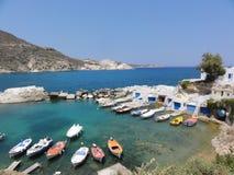 希腊芦粟海岛渔夫村庄在绿宝石的小船夏天浇灌船库海岛 免版税库存图片
