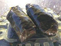 希腊语Dolmathes, Dolmas,雇用职员的葡萄在Hanalei离开,在考艾岛海岛,夏威夷 免版税库存照片