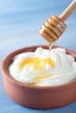 希腊酸奶用蜂蜜 免版税库存照片