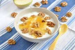 希腊酸奶用蜂蜜 库存照片