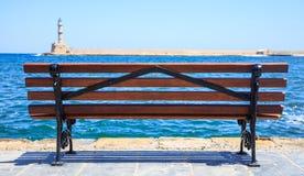 希腊,克利特-干尼亚州在长凳后的口岸灯塔 库存照片