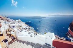 希腊,圣托里尼- 2017年10月01日:在白色城市狭窄的街道上的假期的人在海岛上的 免版税库存图片