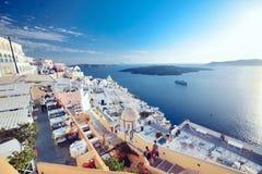 希腊,圣托里尼- 2017年10月01日:在白色城市狭窄的街道上的假期的人在海岛上的 免版税库存照片