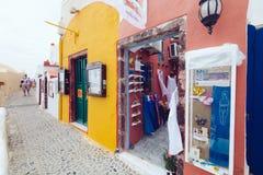 希腊,圣托里尼- 2017年10月01日:在白色城市狭窄的街道上的假期的人在海岛上的 库存图片